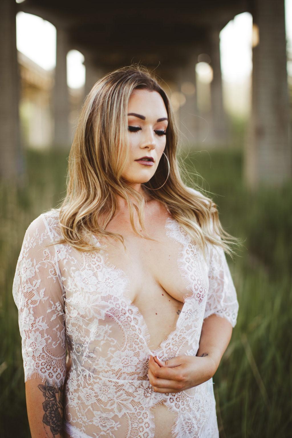 Niagara boudoir photographer curvy body lace outdoor