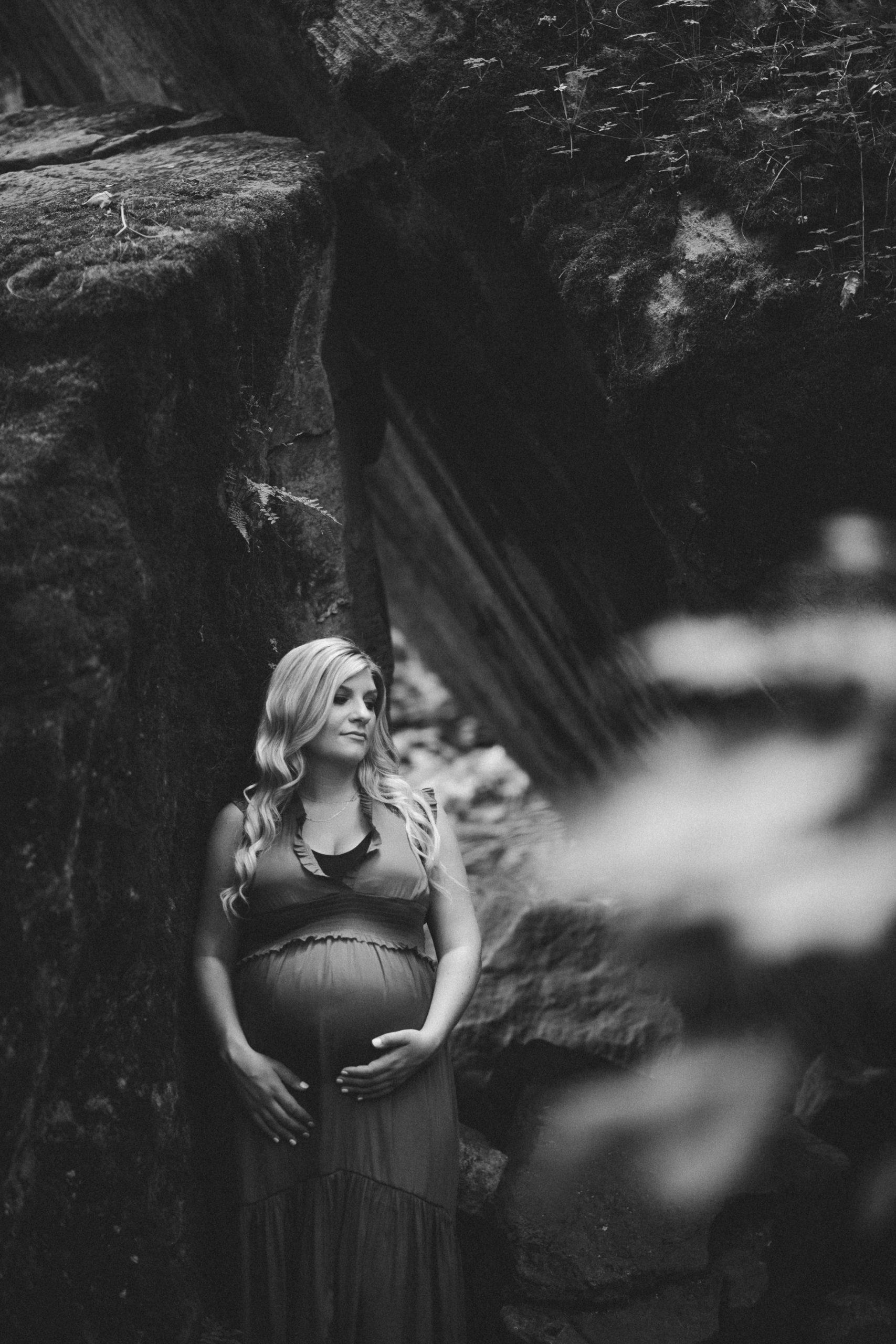niagara maternity photographer rustic outdoor