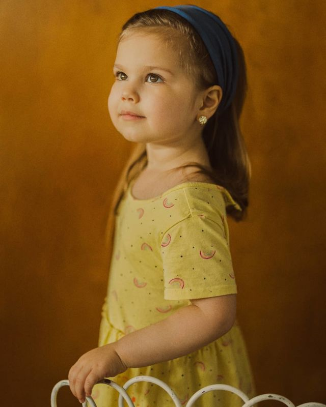 The girl with the yellow dress. // as most parents know, the days are long, but the months and years are short. Find the time to really observe your children as they are.  This photo was captured with her wearing her every day clothes. Sometimes simplicity rules over an elaborate costume or outfit for a photoshoot. Let her natural beauty shine. #vermeer #afterglowportraits . . #kids #kidsphotography #niagaraphotographer #child #kidsfashion #childportraits #girl #hamiltonphotographer #yellowdress #lookslikeapainting @canoncanada @parentlifenetwork @parentscanada #naturallight #beautiful #nomakeup #youth #portraithood #portraitphotography #personality #theygrowupsofast #notababyanymore